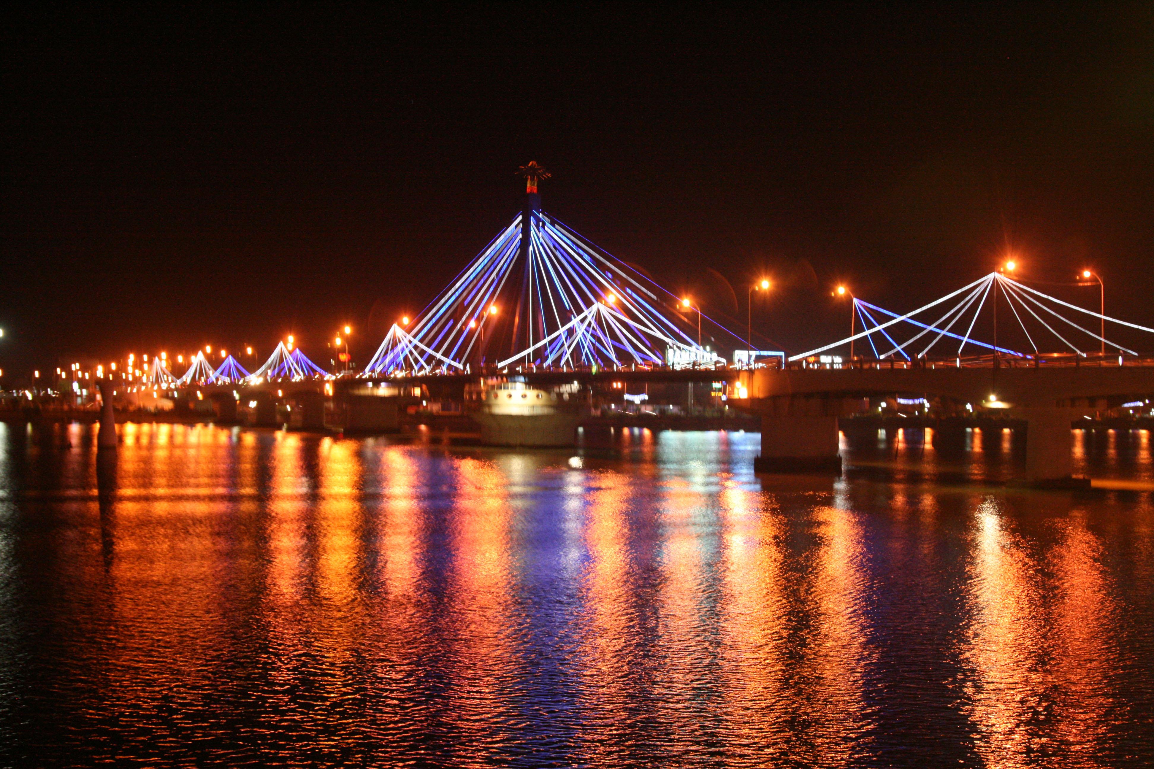 Group Tour: Da Nang Foodie & Sightseeing By Night